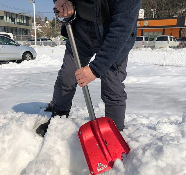 .今年も降りましたね️..今、長靴と共に人気の軽くてコンパクトになる︎.MSRのオペレーターDショベルです。..サイズ : 最長88cm・最短65.5cm.ブレード : 幅25×高さ27.3cm.重量 : 710g..雪中キャンプなどのアウトドアだけでなく、雪かき、雪・砂地でスタックした時にも積んであると安心です。…《HAUS営業時間》.*ショップ 11:00-20:00..*ビストロカフェ.モーニング. 9:00-11:00 (Lo10:30).ランチ.  11:30-14:00.カフェ.  14:00-18:00.ディナー.  18:00-21:00 (Lo20:15)..#haus_matsue.#ハウス.#ハウス松江.#mountainsafetyresearch.#msr.#エムエスアール.#shovel.#ショベル.#outdoor.#アウトドア.#haus_outdoor.#松江.#島根.