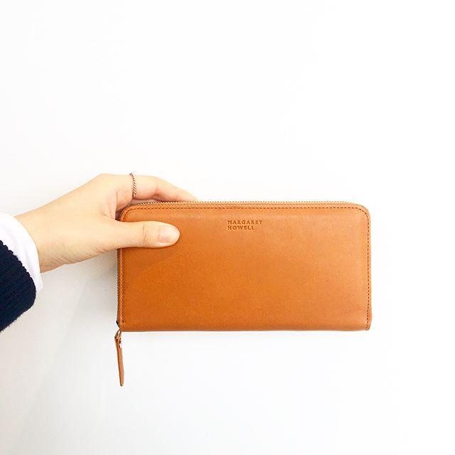 .leather wallet入荷です。.フルタンニンの下地を染色してオイルを2度たっぷりしみこませた革を使用。染料のみの仕上げのため奥深い透明感とオイルのタッチ感があります。.使い込むほどに色艶が増し経年変化を楽しめるお財布です。.color キャメル、グレー.サイズ 幅19㎝×高さ9.5㎝.あわせてこちらどうぞ@haus_howell …#margarethowell #leather wallet#wallet#フルタンニン#hausmatsue #島根#松江