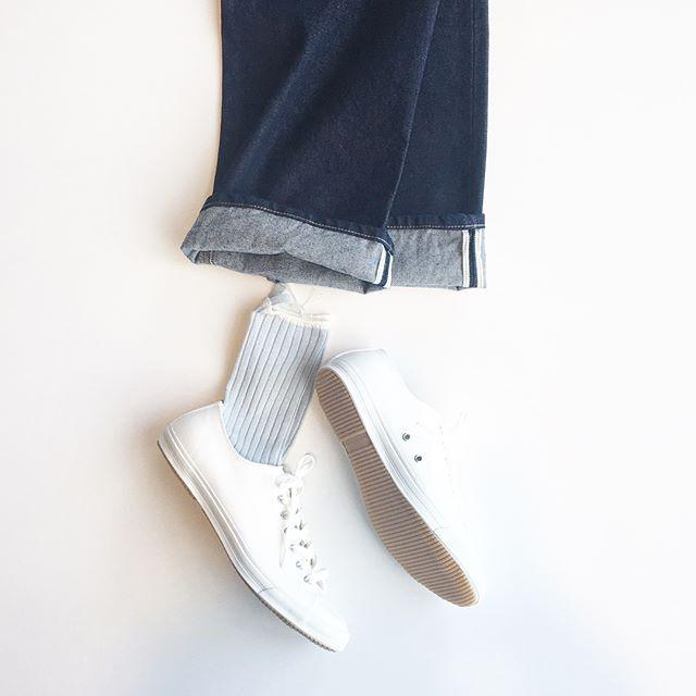 .デニムからのぞく春色のくつしたに真っ白なスニーカー.きのうは山陰に吹いた春一番。そのまま春がやってきてくれないかなとわくわくする日々です。.くわしくはこちらへどうぞ︎@haus_howell .#margarethowell #edwin#spinglemove #スニーカー#household goods#socks#denim#sneaker
