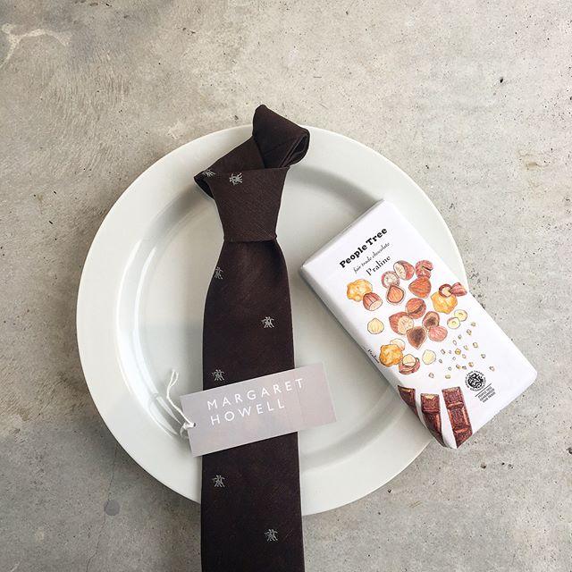 .バレンタインデーにチョコレート色のウォーカース柄のタイおすすめです♡懐かしのロゴも素敵です。..あわせてこちらもどうぞ@haus_howell ..#margarethowell #linen silk walkers tie#tie#necktie#valentineday #peopletree #chocolate#brown#hausmatsue #島根#松江