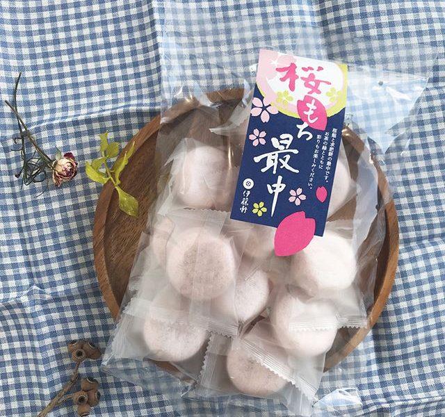 .本日も春陽気のお菓子をこちらも期間限定。中にはたっぷりの求肥。お餅好きにはたまらない♡これぞもなか!といえるお菓子です。.どれもこれも数量限定なので気になる方はお早めに。◯..#桜もち最中#もなか #最中#求肥 #もち #お餅#伊藤軒 #京都#お茶菓子 #お菓子 #おやつ#おやつの時間 #3時のおやつ#さくら #桜#春 #春を先取り#hausmatsue#島根 #松江