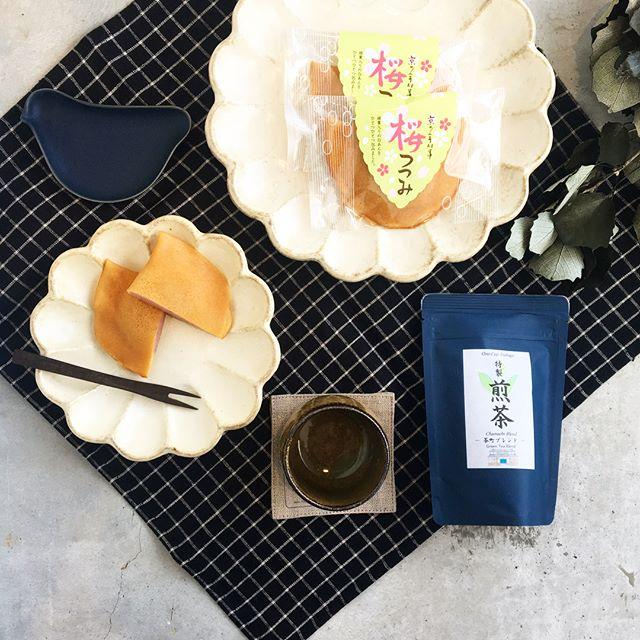 .京都の伊藤軒さんより春の和菓子が届きましたよ。季節限定の桜葉入りの白あんをつつんだ桜つつみ。.桜の季節の前にまずはお腹を春で満たして春を待つ。これはこれで良い楽しみ方。.#京都#伊藤軒#桜つつみ##加島茶舗 #茶町ブレンド#煎茶#foglinenwork #kikka#おやつ#おやつの時間#hausmatsue #島根#松江