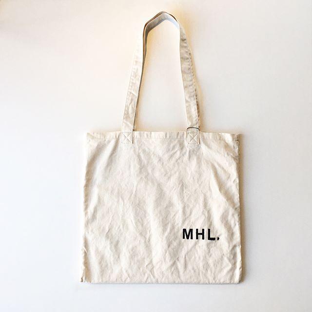 .折りたたみやすくイージーに使える素材感のトートバッグ。.原料の良いコットンを使い毛羽のないくっきりとした綾目。キナリはコットンの殻を残した布地。.color オフホワイト、ダークグリーン、ブラック.#MHL.#light cotton drill#tote bag#bag#hausmatsue #島根#松江