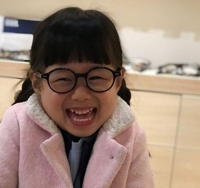 今日はかわいいお客さまの紹介・お母さまがいろいろ探して出会えた めがね・最初はいやいやでしたがお渡しの時には最高の笑顔・最近はお子様のめがねも増えてかわいいフレームが充実しています・#こどもめがね #眼鏡女子 #松江#haus