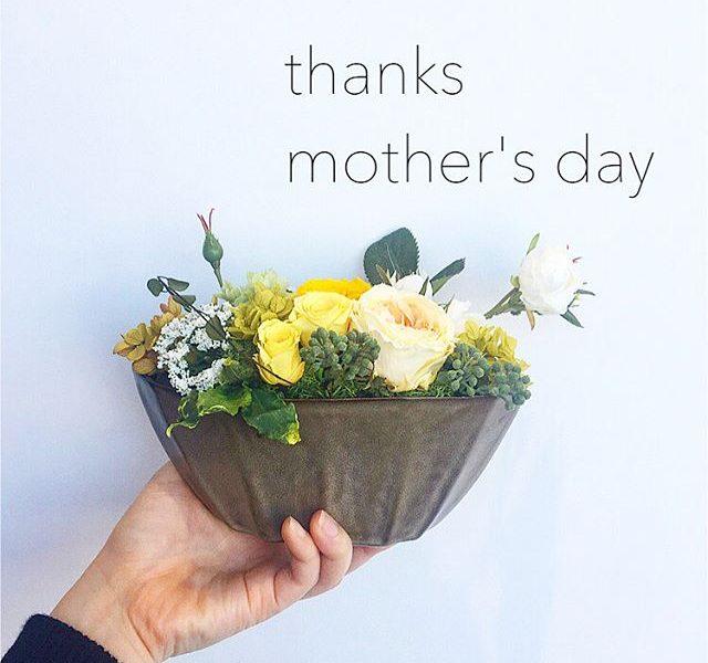 .4月のプリザのレッスンは母の日のギフト。プリザーブドフラワーのバラや紫陽花にアーティシャルフラワーを加えた春爛漫のアレンジメント。.yellowかpinkのどちらかお選び頂けます。.2枚目の画像にレッスン日程、金額を掲載してます。.ご参加お待ちしております^^.お問い合わせ︎090-7896-2944永島.HÅUSのプリザーブドフラワーのインスタはこちらです︎@haus_flower .#プリザーブドフラワー#lesson#母の日#gift#hausmatsue #島根#松江