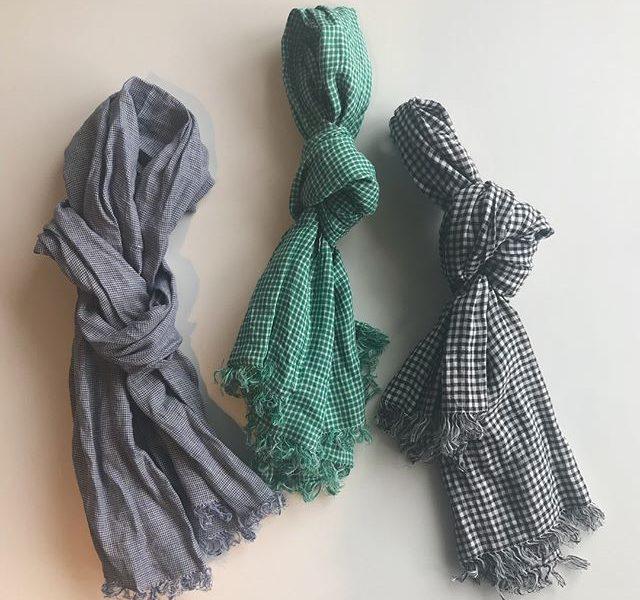 .あたたかくなってお出かけシーズン。首元をちょっとお洒落に。fogのリネンのストール。軽い付け心地とシンプルなデザインと色合い。この時期にひとつあるもとっても便利です♡..@haus_zakka こちらも合わせてお願いします。..#fog #リネン #麻 #100%#ストール#服飾 #小物#お洒落 #おしゃれ#hausmatsue #島根 #松江