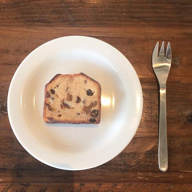 .ファンの方も多いHAUSのパティシエさん手作りのパウンドケーキ♡生地もしっとりで中にはレーズンやくるみ、パイナップルやクランベリーなどいろいろなものがぎゅっとつまっています♡スタッフも食後のデザートについつい、、、♡.雑貨のレジ前にてお買い求めいただけます!数量限定なのでお早めに♡..@haus_cafe_foods こちらも合わせてお願いします!..#パウンドケーキ #パウンド#ケーキ #cake#おやつ #お菓子#洋菓子 #食後のデザート#中ぎっしり #しっとり#HAUSのパティシエさん#数量限定#hausmatsue #島根 #松江