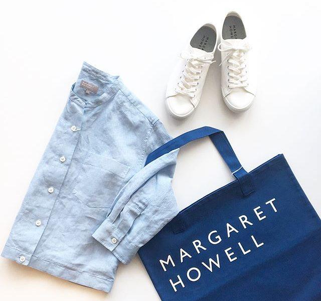 .ブルーにホワイト。そしてひさしぶりに戻ってきたうれしい春の陽気。.去年もとても好評だった短めな丈のリネンシャツ。ワイドなボトムと相性がとても良いです◎夏の羽織ものとしても◎.color ブルー、ホワイト、チャコール.あわせてこちらもどうぞ︎@haus_howell .#margarethowell #マーガレットハウエル#shirting linen #shirt#linen#麻#household goods#logo#totebag #spinglemove #cottoncanvas #sneaker