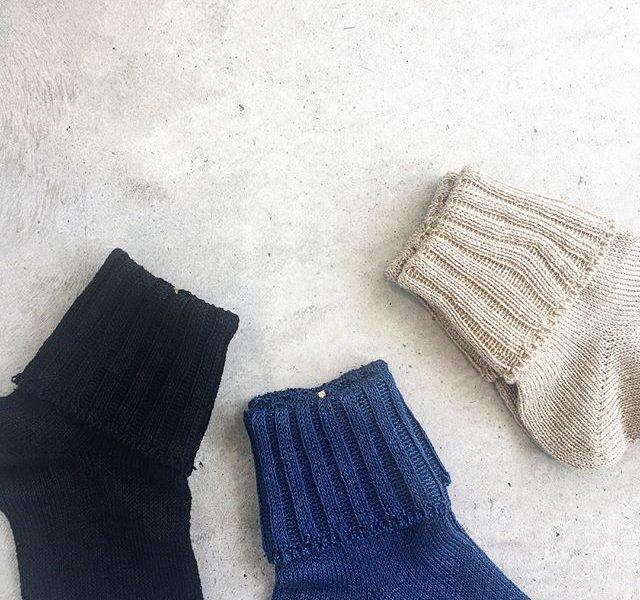 .ハウエルの春夏定番のリネンソックス。甘くなりがちな二つ折りソックスもリネンだと落ち着いた雰囲気。足首の締め付けなさもうれしい。.color ベージュ、ブルー、ブラック.#margarethowell #マーガレットハウエル#linen sock#linen rib sock #socks#靴下#日本製#hausmatsue #島根#松江