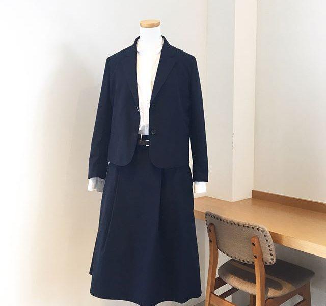 .きちんとしたい日のハウエルのコットンジャケットとスカート。着丈短めなジャケットとひざ下のスカートでバランスよく決まります◎.あわせてこちらもどうぞ︎@haus_howell .#margarethowell #マーガレットハウエル#cotton oxford#つけ洗い天日干し#jacket#skirt#hausmatsue #島根#松江