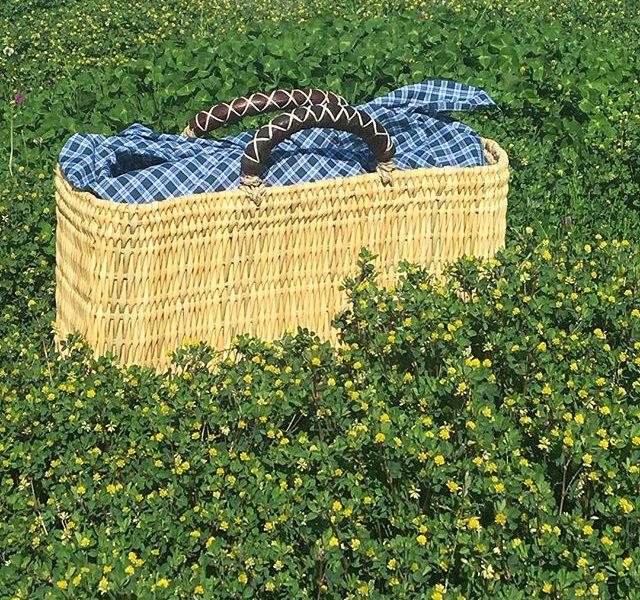 .晴天︎夏日のきょう。そろそろバッグもカゴバッグでお出かけしたい頃です^^松野屋さんのストローカゴバッグそして、今年はカゴバッグのインナーバッグとしても優秀なあずま袋も入荷してます^^.カゴバッグの目隠しそしで、カゴバッグ中での革財布のキズ防止にも役立ちます。.#松野屋#ストロー革手#カゴバッグ#籠#bag#あずま袋#hausmatsue #島根#松江