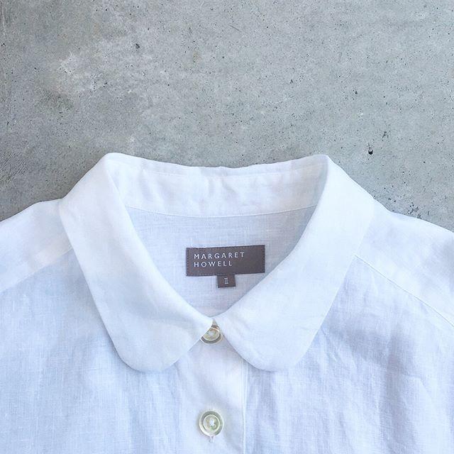 .首回りがすこしゆったりとした丸襟の白シャツ。このすこしのさじ加減で『可愛すぎる』を回避。.大人の女性がたのしめる丸襟のシャツです。.#margarethowell #マーガレットハウエル#shirting linen#shirt#linen#ヨーロッパリネン#丸襟#白シャツ#hausmatsue #島根#松江