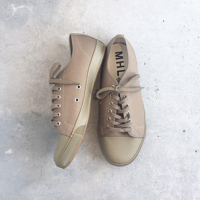 .MHL定番のARMY SHOESが今シーズンより国内生産にてリニューアル。イギリス海軍のアーミーシューズをベースとしたデザインはそのままにインソールのクッション性や踵の補強を加え、履き心地、耐久性をアップデート。より日本人に合った運動性能も向上してます。.color ベージュ、ホワイト、ブラック.#MHL.#army  shoes #sneaker#hausmatsue #島根#松江
