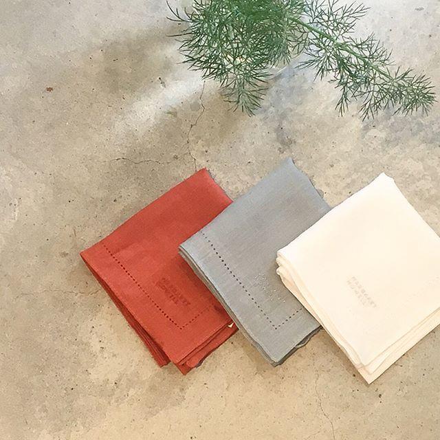 HÅUSの母の日ハウエルからのオススメは日本の職人さんによって時間をかけ、美しく丁寧につくられたハウスホールドのリネンハンカチ。.日常的に使うものだからこその良いもの。贈り物におすすめです。.#margarethowell #household goods#マーガレットハウエル #ハウスホールド#embroidered  hanky#handkerchief#刺繍#hausmatsue #島根#松江