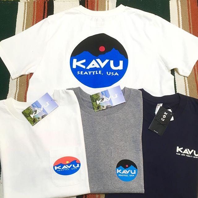 .今年創立25周年を迎える【KAVU】より、ロゴTシャツが入荷しました。ロゴ入りのポケット付きという抜群に旬なデザイン◎発色の良いブランドロゴは、見る人の目を惹き付けます。ブランド創立25周年のメモリアルイヤーに相応しい一枚です.#kavu #カブー#outdoor #アウトドア#haus#haus_matsue#hausmatsue #松江カフェ #島根カフェ#松江 #島根 #山陰