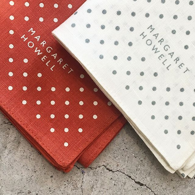 HÅUSの母の日コレクションされる方も多いリネンドットのハンカチシリーズ。コシのあるリネンは繰り返しの洗濯にも十分耐えられ、使うほどに良さを実感できます。.#margarethowell #household goods#マーガレットハウエル #ハウスホールド#linen dot hanky#handkerchief#手捺染#hausmatsue #島根#松江