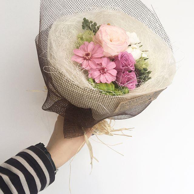 .HÅUSの母の日お母さんありがとう!感謝の気持ちをこめてプリザのブーケ。もちろん、花瓶もいらずそのままお部屋に飾れます。この気軽さもうれしい。.#bouquet#花束#プリザ#preserved flower#hausmatsue #島根#松江