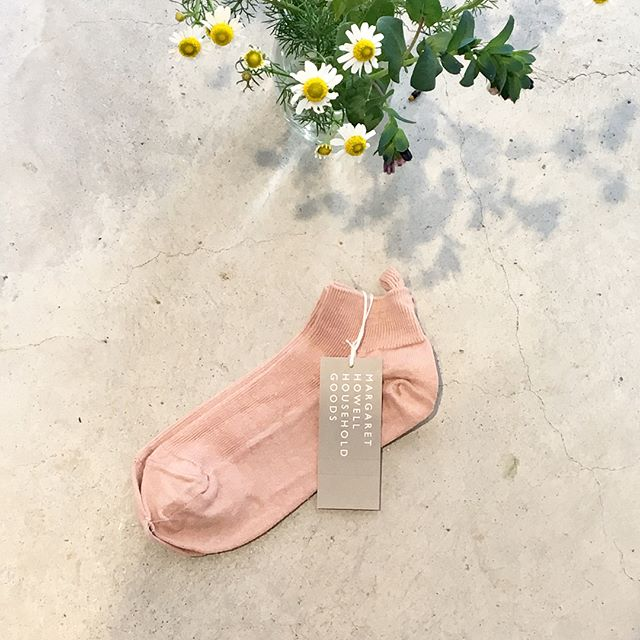 .今日は母の日。やさしいお母さんにやさしいピンク色のHOUSE HOLD GOODSのくつしたを。..#margarethowell #householdgoods #linen foot cover#socks#靴下#mothersday #gift#chamomile#hausmatsue #島根#松江