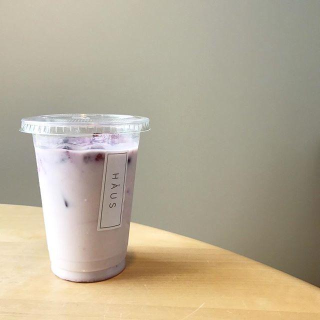 ..こんにちは〜︎本日もご来店ありがとうございます。.◇写真カフェメニュー・ディナーメニューノンアルコールカクテル〈 ベリーベリーミルク 〉.ベリーの甘酸っぱさがちょうど良い甘すぎず飲みやすいミルクベースのノンアルコールカクテルですテイクアウトも承っておりますのでお出かけのお供にもおススメです!ぜひお試しください♡..本日も21時まで営業しております。(ラストオーダー 20時15分)ご来店お待ちしております♡..#drink #ドリンク ##ノンアルコール #nonalcohol #カクテル #cocktail#ベリーベリーミルク#ベリー #フランボワーズ #ラズベリー#berry #framboise #raspberry#takeout #テイクアウト#cafestagram #instafood #cafe #カフェ #カフェ巡り#haus_matsue#hausmatsue #松江カフェ #島根カフェ#松江 #島根 #山陰