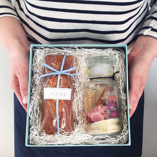 .お待たせしました!完売しておりましたフルーツのパウンドケーキと1番人気のランタンボトルのピンクが再入荷です♩いよいよ、今週の日曜が母の日日頃の感謝の気持ちをボックスにこめておくりましょう♩.#母の日#gift#hausmatsue #島根#松江
