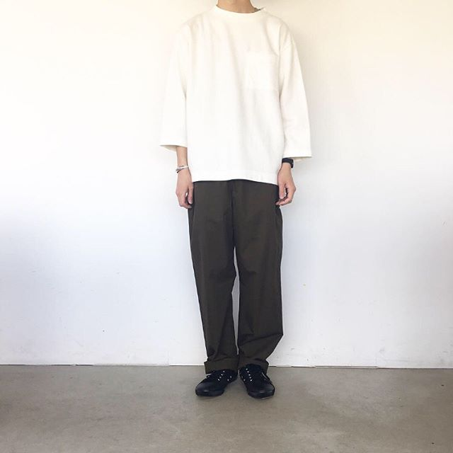 .暑かったり寒かったり気温差の激しいこの頃。今日はコットンものでちょうど良い。まだまだ、コットンものも、手放せない時期です。.#MHL#mens#super fine cotton twill #trousers#army shoes #sneaker#hausmatsue #島根#松江
