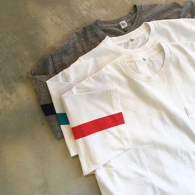 .KAPATAIN SUNSHINE/West Coast Teeが入荷しました。袖にデザインされたラインは1960年代の西海岸をイメージしてデザインされたもの。シルエットは肩でストンと落ちるボックス型で、緩めのサイズ感ながらも非常に綺麗な形で着用できる設計に。薄すぎず厚すぎずの生地感なので1枚でも十分様になります。ホワイトとグレーで生地感が異なるのも注目すべきポイントです。是非店頭へご覧にお越しください。.#kaptainsunshine#キャプテンサンシャイン#tee#tshirt#haus#haus_matsue#hausmatsue #松江カフェ #島根カフェ#松江 #島根 #山陰