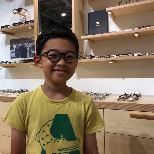 初めてのメガネです本人の希望で丸メガネなかなか似合っていますねマンガのキャラクターをリスペクトしてこんな感じに仕上がりました・#こどもめがね #眼鏡男子#松江メガネ#haus#生活に寄り添うメガネ#似合う眼鏡探したい