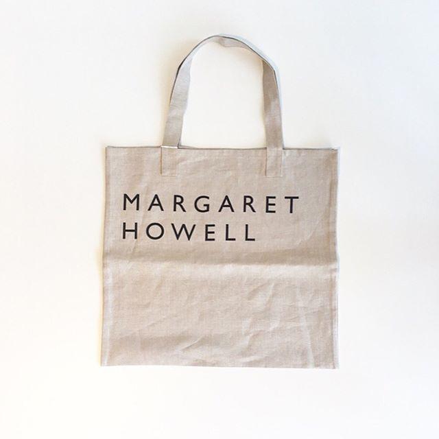 .ハウスホールド定番のリネンロゴバッグ。マーガレットらしいカラーを出すために色味の微調整を何度も重ねる繊細な作業を繰り返してロゴプリントされてます。.日本製.color ナチュラル、スレート.#margarethowell #household goods#linen logo bag#tote bag#hausmatsue #島根#松江