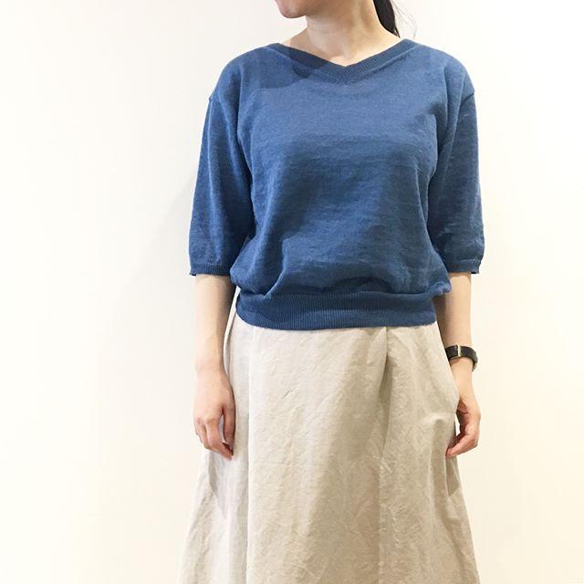 .ハウエルのリネンニット。.浅めのVネックで袖もゆったりと長め。.裾のリブでコンパクトにまとまるところも◎。.太幅な袖が大人なシルエット。.color ブルー、ホワイト、ネイビー.#margarethowell #linen#Europalinen#cardigan# knit#polkadot#scarf #silk#hausmatsue #島根#松江