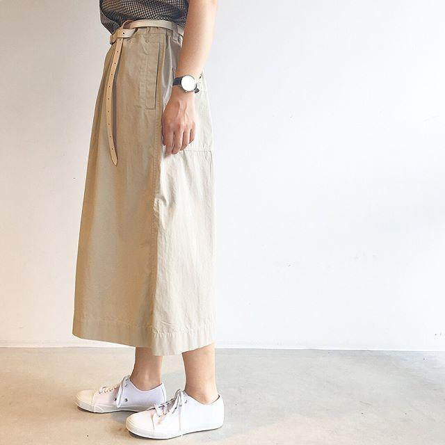 .着た瞬間にわかる軽さとドライで涼しげな仕上がり。.去年も大好評だったシリーズが今年らしく着丈がしっかり伸びて入荷です。.薄いのに透けにくいのもうれしい。.color ベージュ、チャコールsize  Ⅰ . Ⅱ . Ⅲ.あわせてこちらもどうぞ︎@haus_howell .#MHL#fine compact poplin#skirt#longskirt#armyshoes#hausmatsue #島根#松江