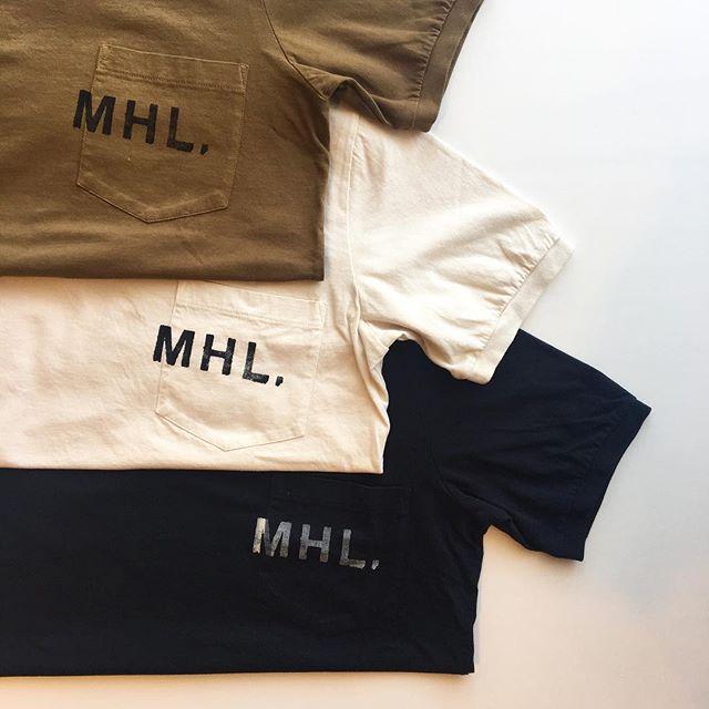 .程よいムラのある糸を使用しゆっくり柔らかく編みたてられたMHL ロゴTシャツ。.洗うほどに肌に馴染む気持ちの良い素材です。.プリントはスタンプを押したようなカスレを表現したヴィンテージ感漂う仕上がり。.color タン、エクリュ、ブラックウィメンズsize  Ⅱ .Ⅲメンズsize  S . M . L . XL.#MHL.#printed cotton jersey#ロゴT#logotshirt #製品染め#hausmatsue #島根#松江