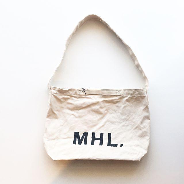 .昔ながらの低速シャトル織機でゆっくりコツコツ織り上げて作るオリジナル素材の8号帆布を使って作られるMHL定番のロゴバッグ。合わせて使いたいナンバーポーチも入荷しました。.color エクリュ、タン.#MHL.#heavy cotton canvas#帆布#logo#bag#hausmatsue #島根#松江