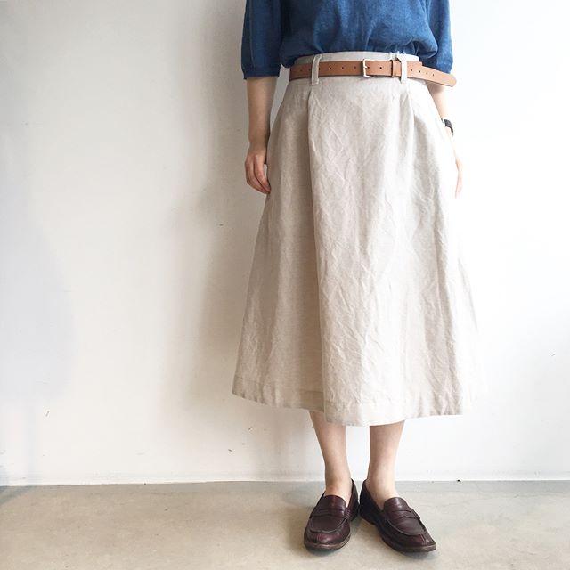 .安心できるすこし長めな丈のコットンリネンスカート。.タックも少なめで広がりすぎず大人な印象のスカートです。.color  ベージュ、チャコール.#margarethowell #cotton linen#skirt#hausmatsue #島根#松江