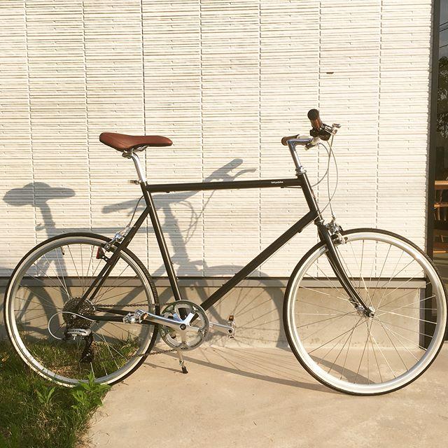 .変速ギア付きで、傾斜あるコースにも対応するtokyobike26。マットなブラックのボディとディテールの色合いが何とも良い雰囲気。夏の空気に包まれる松江の街を、tokyobikeで駆け抜けてみませんか..#自転車#tokyobike#トーキョーバイク#haus#haus_matsue#hausmatsue #松江カフェ #島根カフェ#松江 #島根 #山陰