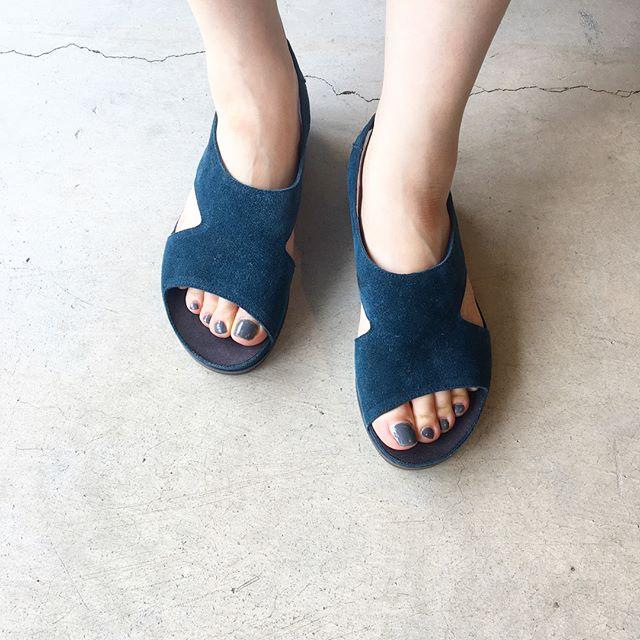 .そろそろ涼しげな足元に。スペインからvialis届いてます︎.日本人の足に馴染みやすい柔らかい革と幅広なデザイン。.ほんのり靴底も高くなってるので足も疲れにくいです。..サイズも、そろそろ欠けてきておりますので、気になる方はぜひ店頭にてお試しくださいませ。.#vialis#ヴィアリス#Spain#Barcelona#hausmatsue #島根#松江