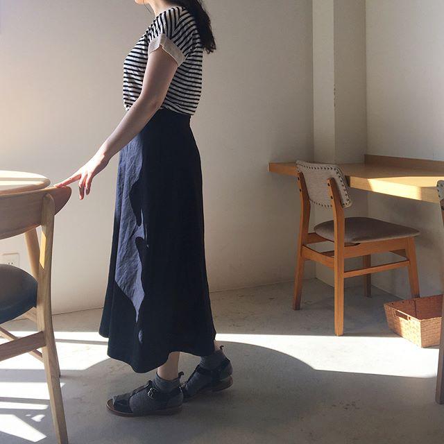 .落ち着いた広がりのハウエルのロングスカート。.color ネイビーsize  Ⅰ .Ⅱ .Ⅲ.あわせてこちらもどうそ@haus_howell .#margarethowell #high twist cotton linen#skirt#longskirt#hausmatsue #島根#松江