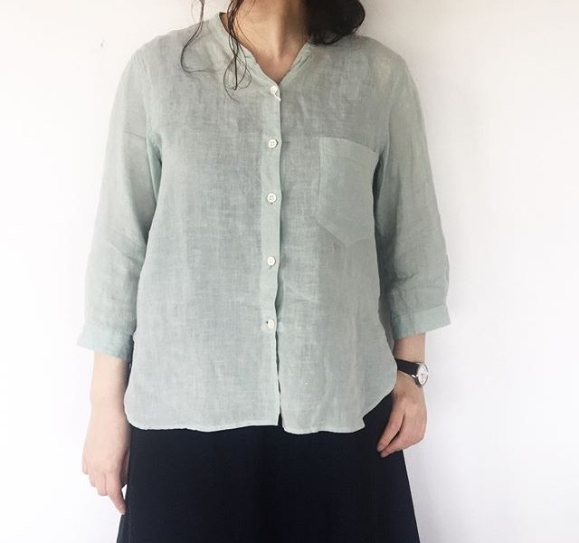 .ジメジメ︎と湿度の梅雨に気持ちの良いリネンのシャツ。.これからの暑い時期の日焼け︎対策や冷房対策にも。..color アクア、ホワイト、ネイビー.#margarethowell #fine linen #linen#shirt#hausmatsue #島根#松江