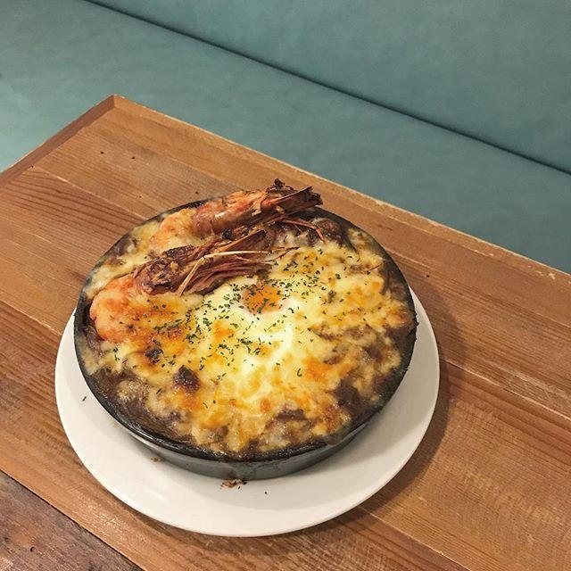 ..こんばんは︎本日もご来店ありがとうございます!..◇写真ディナーメニュー< エビカレードリア >.たっぷりの旨味を凝縮したスパイシーカレーに有頭エビとチーズと卵をのせて焼き上げたちょっと贅沢なカレードリアです◎.今日みたいな少し肌寒い日に食べたくなりますね..本日も21時まで営業しております。(ラストオーダー20時15分)ご来店お待ちしております!…. 《HAUS営業時間》*ショップ 11:00-20:00.*ビストロカフェモーニング. 9:00-11:00 (Lo10:30)ランチ  11:30-14:00カフェ  14:00-18:00ディナー  18:00-21:00 (Lo20:15)…#dinner #ディナー#currydoria #curry #カレードリア #ドリア#エビカレードリア#有頭エビ #エビ#cafestagram #instafood #cafe #カフェ #カフェ巡り #hausmatsue #haus_matsue #松江カフェ #島根カフェ #松江 #島根 #山陰
