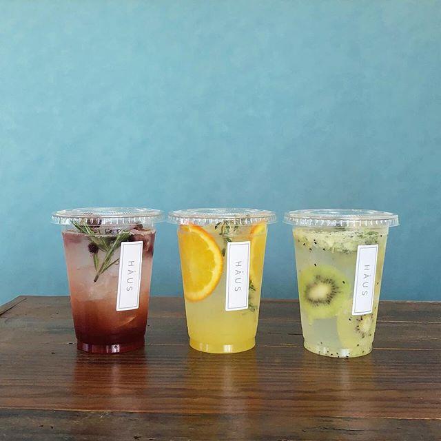 .new< キウイミントソーダ >< 柑橘ソーダ ><ラズベリーティーソーダ >.今日から自家製フルーツシロップを使用した3種類のフルーツソーダが登場!昨年1番人気だったキウイミントソーダもグレードアップ◎すっきり爽やかな飲み心地のドリンクはこれからの暑い夏にぴったりです!.テイクアウトもご用意しておりますので ドライブやお出かけのお供にもぜひ♡…. . 《HAUS営業時間》*ショップ 11:00-20:00.*ビストロカフェモーニング. 9:00-11:00 (Lo10:30)ランチ  11:30-14:00カフェ  14:00-18:00ディナー  18:00-21:00 (Lo20:15) ….#drink #ドリンク #期間限定 #夏限定#フルーツソーダ #soda#自家製シロップ #シロップ漬け#キウイミントソーダ#柑橘ソーダ#ラズベリーティーソーダ#ハーブ #ミント #タイム #ローズマリー#cafestagram #instafood #cafe #カフェ #カフェ巡り#haus_matsue #hausmatsue #松江カフェ #島根カフェ#松江 #島根 #山陰