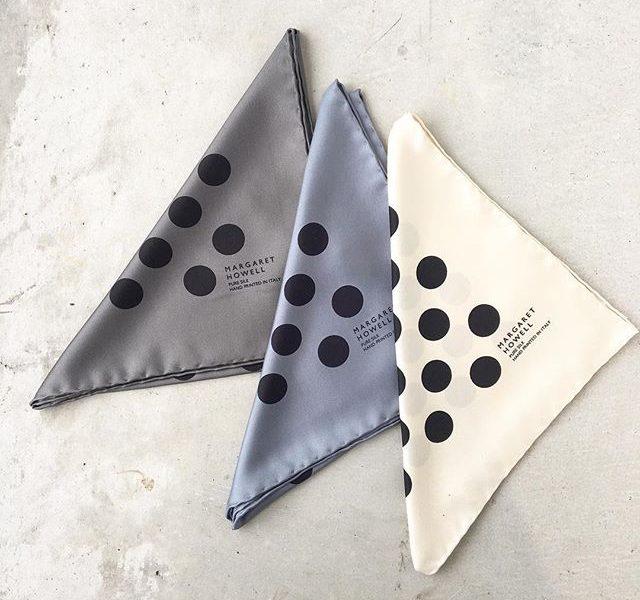 .マンテロというイタリアにあるプリントを得意とするメーカーで作ったシルクスカーフ。.英国のクラッシックなポルカドット柄をマーガレットハウエルらしいニュアンスのあるカラーでグラフィカル且つ大胆に表現しているところがポイント。.四方は手まつりで丁寧に仕上げられています。.size 長さ45㎝×幅45㎝イタリア製.#margarethowell #plkadot #scarf#silk#イタリア製#マンテロ#hausmatsue #島根#松江