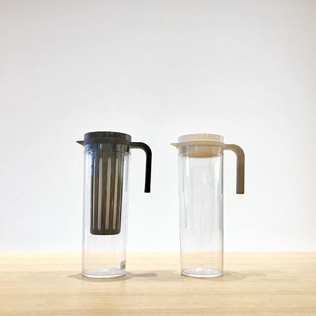.KINTO右:アイスコーヒージャグ左:ウォータージャグ.密閉性が高く冷蔵庫の棚に横にして置くことが出来るジャグ。持ちやすいハンドルで楽に注ぐ事ができ、口が広く奥まで洗いやすい構造です︎.水出し用の目の細かいメッシュフィルターがセットになったアイスコーヒージャグ、フィルターなしのウォータージャグの2種類の取り扱いです。..#KINTO#アイスコーヒージャグ#ウォータージャグ#シンプル#haus#haus_matsue #松江カフェ#島根カフェ#松江 #島根 #山陰