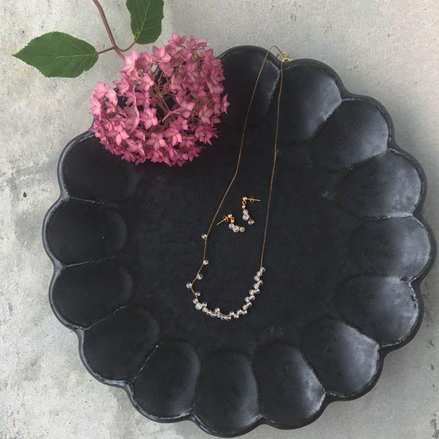 .しっとりと静かな雨が似合うAmitoのアクセサリーが入荷してます︎.葉っぱの上で転がる水滴のような朝露と言う名のネックレスとピアス。儚い世界観。とても素敵です。.お花のような器はKIKKAいつもの白も良いですが雰囲気のある黒も素敵です。.#Amito#アミト#accessory#necklace#pierce#アナベル#紫陽花#器#kikka#キッカ#hausmatsue #島根#松江