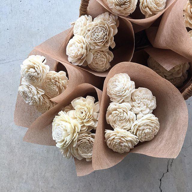 .ソラの木の皮を薄くむいた芯の部分を乾燥させたものをひとつひとつ丁寧に花の形に作り上げた手作りのお花のソーラーローズ。.こちらもたくさん届きました^^.#ソーラーローズ#ハンドメイドフラワー#ソラの木#hausmatsue #島根#松江