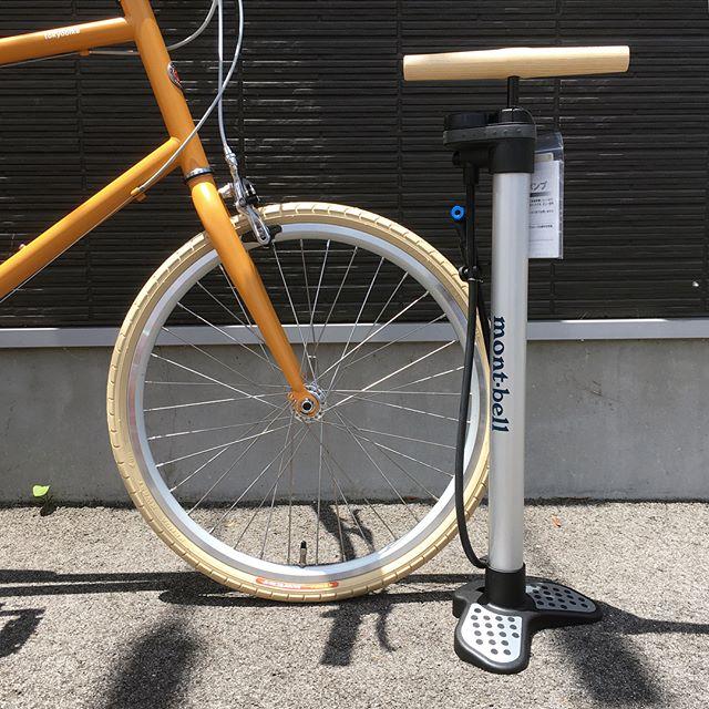 .スタイリッシュなデザインの「mont-bell」のフロアポンプ。米・英・仏のバルブに対応する万能仕様。空気圧計も付いているので安心して空気を注入していただけます。.#montbell#モンベル#outdoor#アウトドア#自転車#haus#haus_matsue#hausmatsue #松江カフェ #島根カフェ#松江 #島根 #山陰