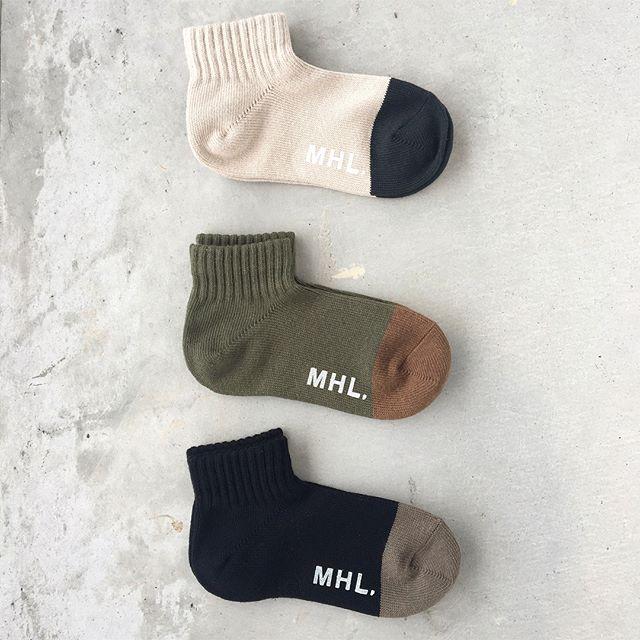.MHL.×ラソックス入荷.綿麻の糸を使用し綿の履き心地の良さと麻のシャリ感を兼ね備えたくるぶし丈のソックス。.color ベージュ、カーキ、ブラック.メンズ、ウィメンズ共に入荷してます。ギフトにもおすすめ。.あわせてこちらもどうぞ︎@haus_howell ..#MHL.#bicolore short sock#ラソックス#L字型靴下#socks#靴下#hausmatsue #島根#松江