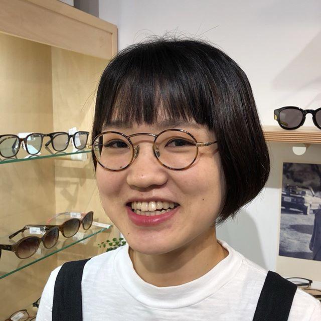 今回は珍しく大人のお客様です・いわゆる丸メガネですがかわいくお似合いです・丸いメガネはサイズ選びが重要ですサイズ選びに迷ったらスタッフにご相談ください・#hausmatsue #島根#松江#松江メガネ#生活に寄り添うメガネ#yuichitoyama #丸眼鏡 #眼鏡女子