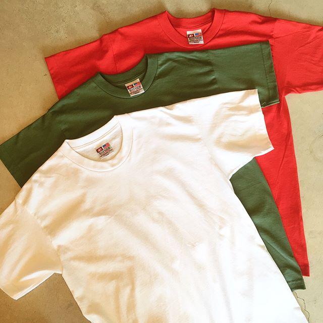 .Made in USABAYSIDEのハーフスリーブTeeが入荷しました。USA製らしい形と程よいウェイトの生地感のバランスが何ともGOOD。原色、アースカラーを含む8色とカラーバリエーションも豊富。流行に左右されず何枚でも欲しくなるTシャツ、ぜひ店頭にてご覧くださいませ◎.#bayside#ベイサイド#madeinusa#tee#Tシャツ#haus#haus_matsue#hausmatsue #松江カフェ #島根カフェ#松江 #島根 #山陰