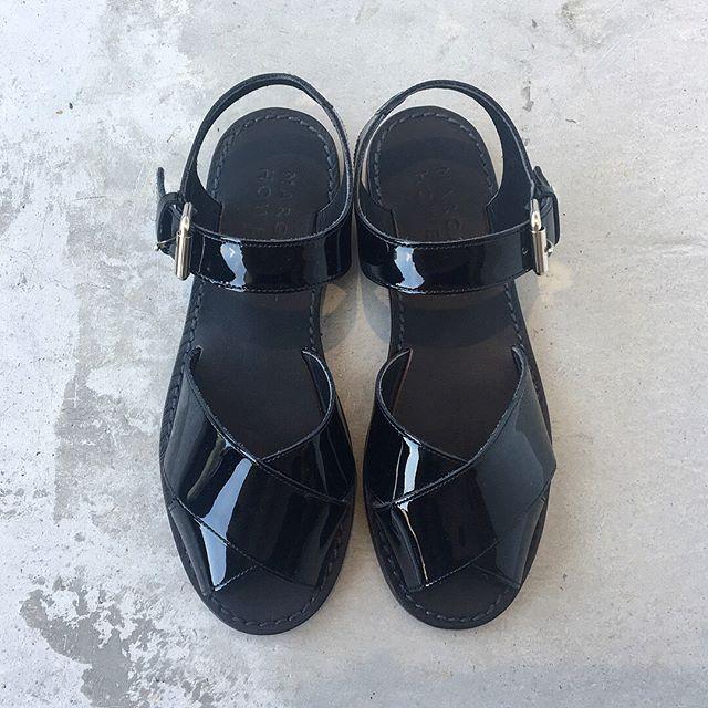 .使い込むほどに足に馴染むレザーソールのパテントサンダル。定番のブラックは晩夏にくつしたやタイツと合わせても◎シーズンを長く楽しめる定番のブラック。.color ブラック.#margarethowell #cross leather sandal#patent#sandal#日本製#hausmatsue #島根#松江