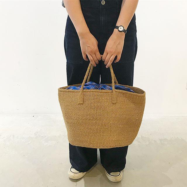 サイザルバッグ.サイザル麻でひとつひとつ手作りで編み上げたバッグ.お出かけにはもちろん、壁やフックに掛けてキッチンなどの収納バスケットにしても可愛いです︎.サイザル麻糸は10年の使用に耐えるほど丈夫で、通気性、保温性にも優れてます。.大量生産にはない優しさと味わいが感じられ世代問わずお使い頂けるバッグです︎..#haus_matsue #haus#ナチュラル #バッグ#サイザルバッグ#手作り #麻#島根カフェ #松江カフェ#島根 #松江 #山陰