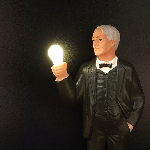 .ギフトで大人気の「KIKKERLAND」より、新商品のソーラーエジソンが仲間入りしました背面のソーラーパネルで充電後、スイッチを入れると暗闇で電球が発光する仕様になります定番のソーラーエリザベスも再入荷しております。見る人全てを笑顔にするオブジェ、是非チェックしてみてください◎.#kikkerland#エジソン#エリザベス女王#haus_matsue #hausmatsue #松江カフェ #島根カフェ #松江 #島根 #山陰